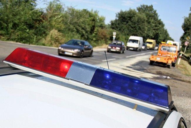 Fényvisszaverő mellényeket, karpántokat és villogókat oszt a rendőrség pénteken